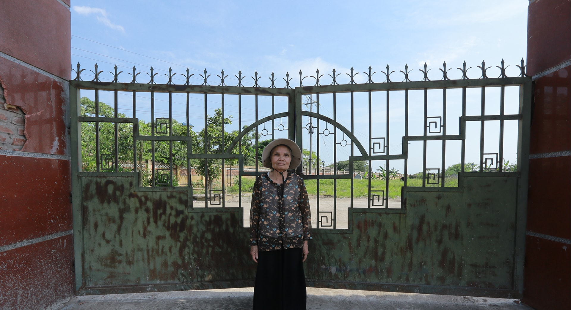 Bà Út trước cổng nghĩa trang mới của Do Lộ