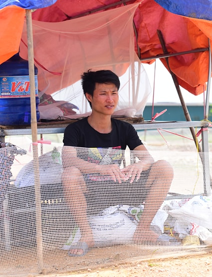 Thịnh ngồi trong lều canh vịt của mình